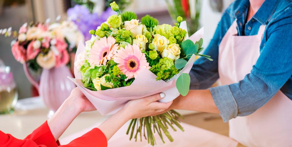 Букеты изкустовых роз,альстромерий, лилий отцветочной компании Freedom