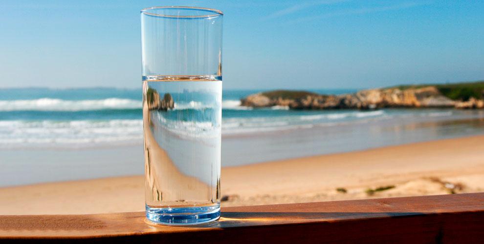 Бутыли питьевой воды «Родниковый источник» и«АкваГрад», механическая помпа