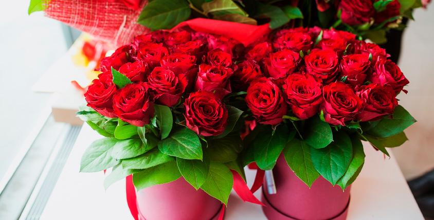 Букеты в шляпных коробках и роза в колбе от интернет-магазина White Rabbit