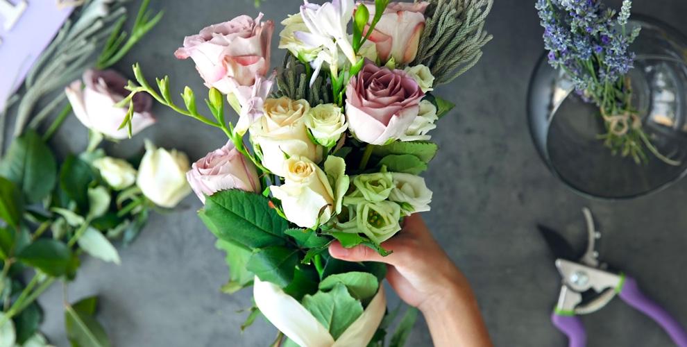 """Букеты из роз,  хризантем и лиантусов в магазине """"Лаванда & Маки"""""""