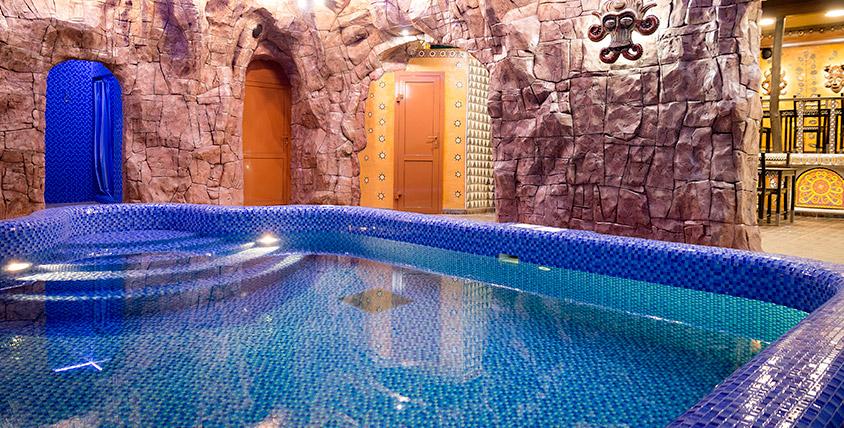 Сауна Red Crystal: бассейн, финская парная и банкетная зона с караоке