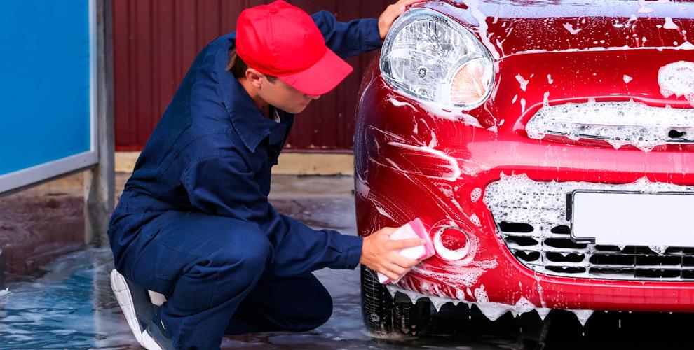 Мини-мойка схимией ипокрытие автомобиля воском вавтомойке «Кипяток»