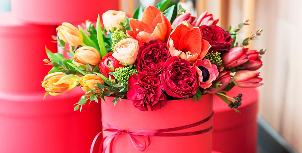 Розы, ирисы, тюльпаны, альстромерии ибукеты вассортименте отсалона «Камелия»
