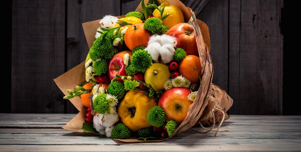 Композиции изцветов, фруктов, сладостей, колбасок исыра откомпании Pomona-buket
