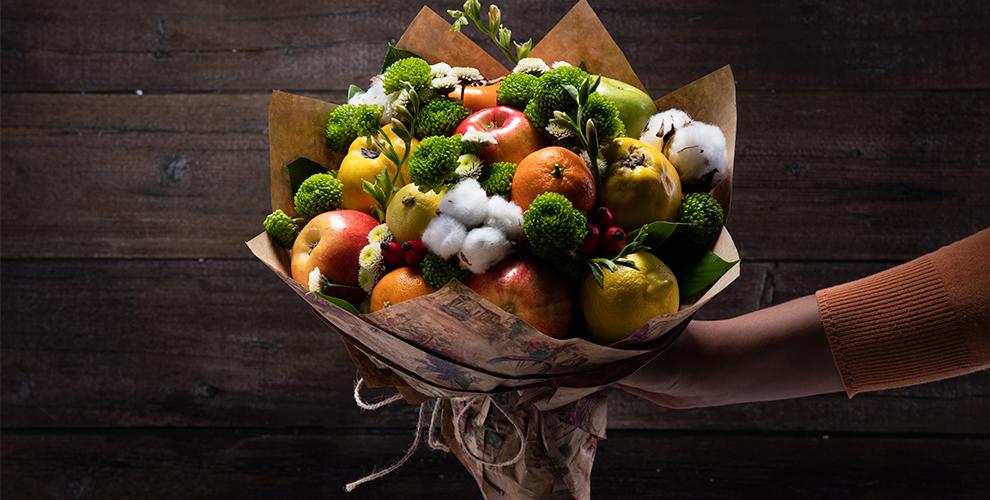 Композицию из цветов, овощей и фруктов от компании «Вкусный букет»