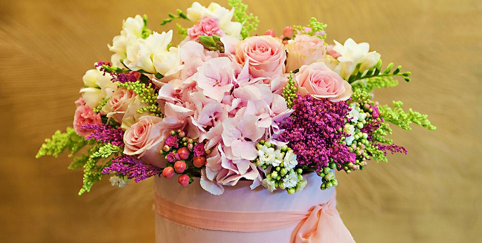 Летние букеты, розы и цветы в шляпных коробках от компании Mary J Mall Flowers
