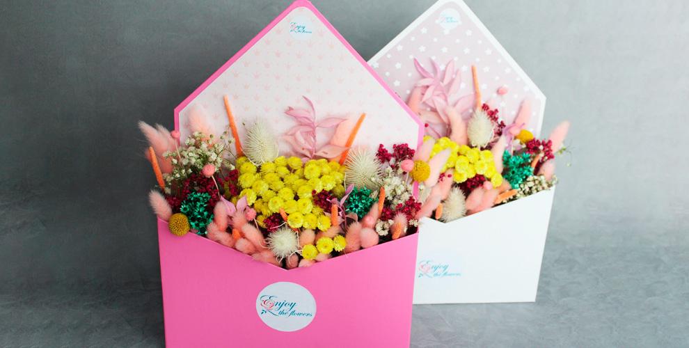 Бутоньерки, композиции в конверте и букеты от компании Enjoy the flowers