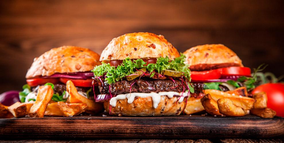 Бургеры, куриные крылышки, картофельфриинапиток навыбор вбургерной «Ширбургер»