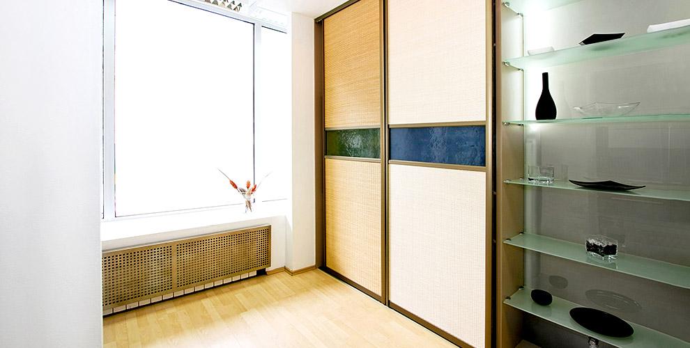 Встроенные шкафы-купе с зеркалами от мебельной компании «Остров»