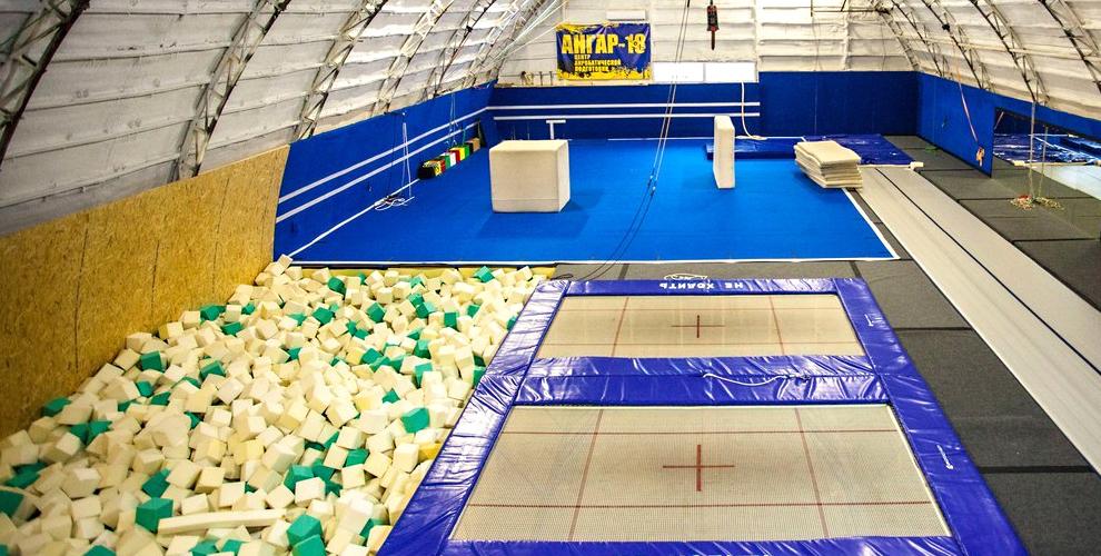 Свободная тренировка на батуте в центре акробатической подготовки «Ангар-18»