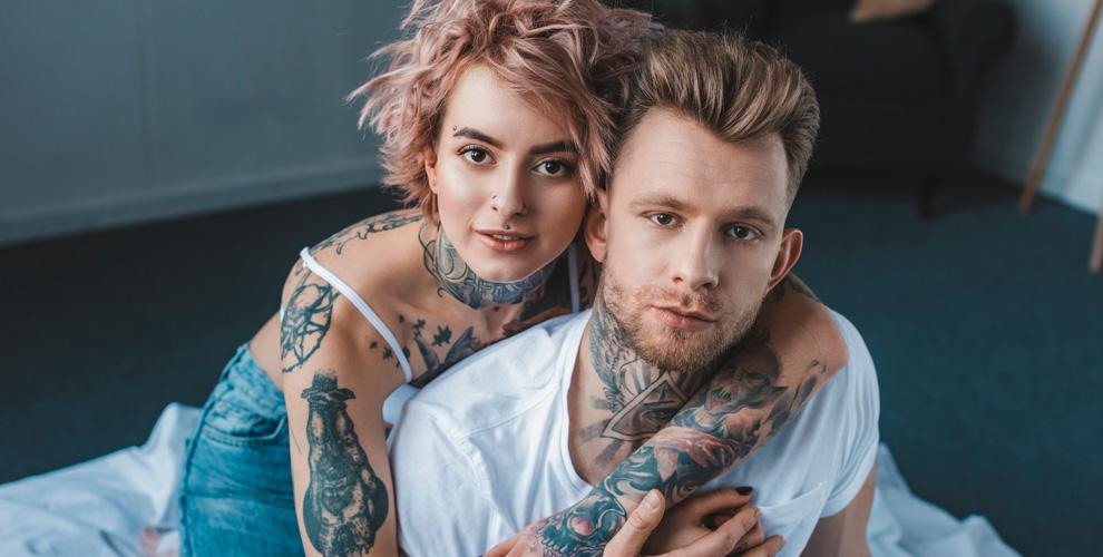 Нанесение черно-белой татуировки в Tattoo studio INK Gospel