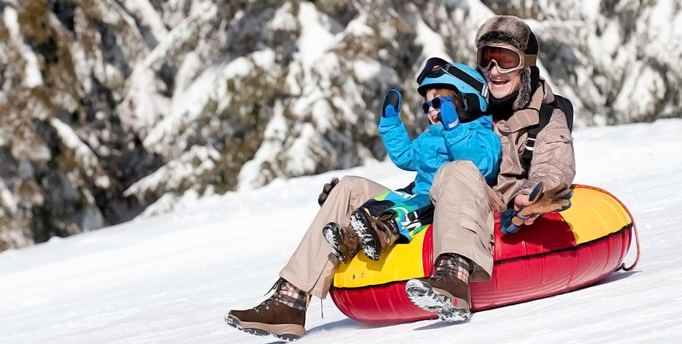 Каток, катание на лыжах и тюбингах в парке SnowPark на территории отеля SMOLINOPARK