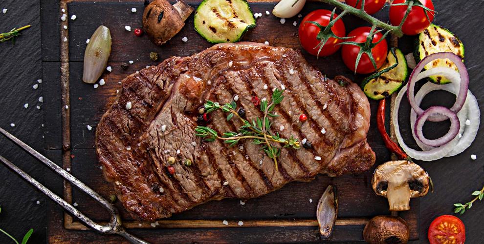 """Салат """"Цезарь"""", стейк из говядины, карта бара и ароматный дым в ресторане """"Волна"""""""