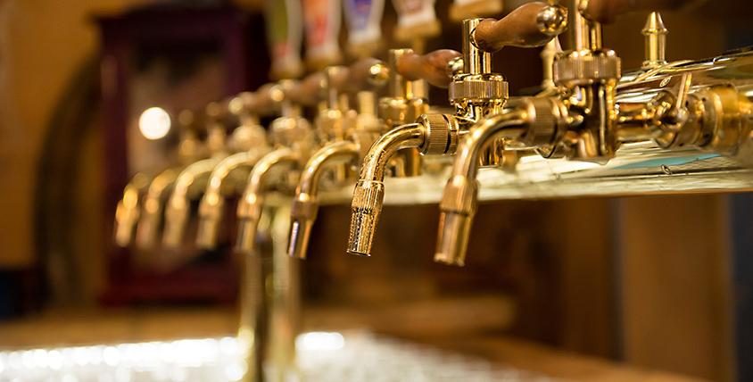 Разливное пенное, безалкогольные напитки и закуски в пивном магазине Mr. Bob