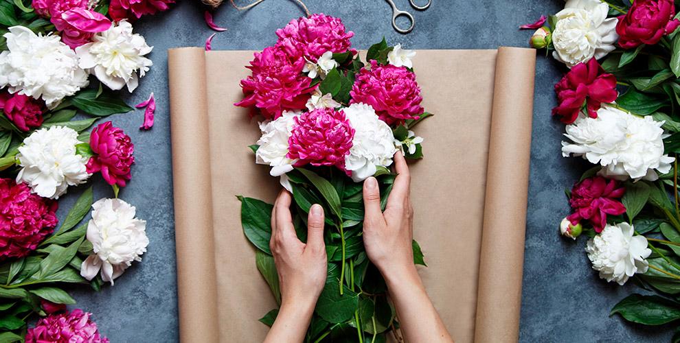 Пионы, розы, лилии иирисы вкруглосуточной мастерской «Цветочная династия»