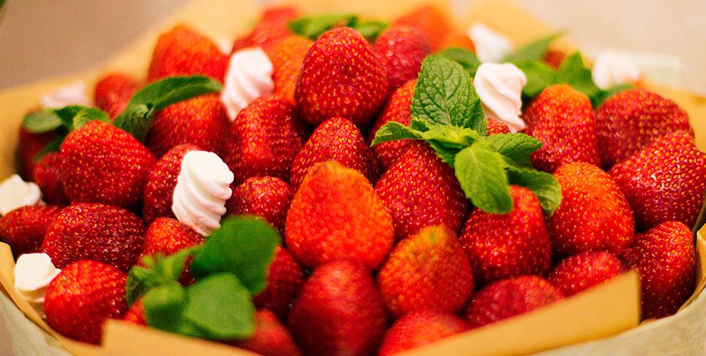 «Букет Винегрет»: композиции из цветов и сладостей, букеты из клубники