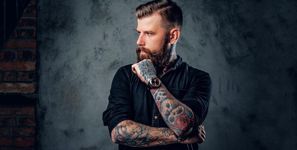 Нанесение черно-белой татуировки в студии «АРКОНА»