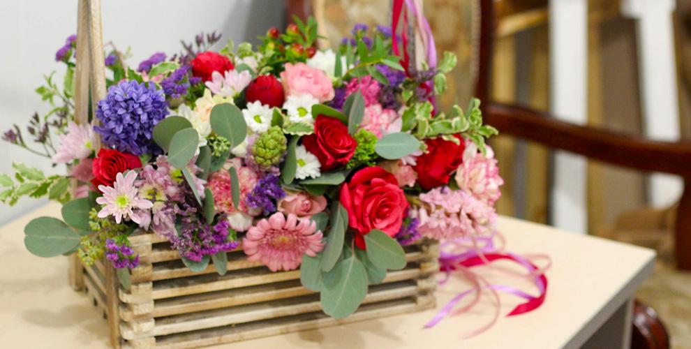 Цветочные композиции в шляпной коробке, деревянном ящике и другое в салоне Vanda