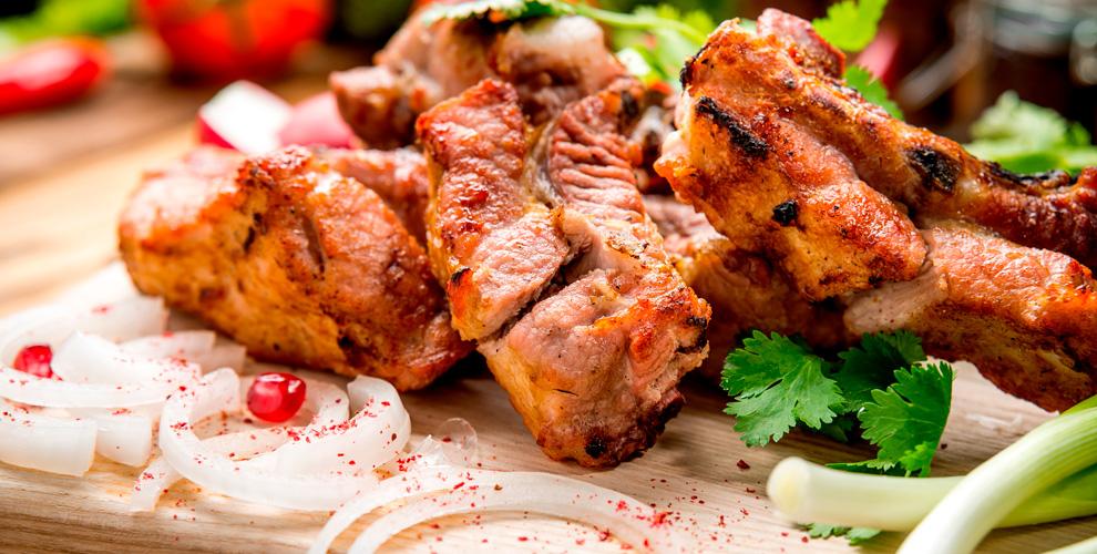 Шашлык, филе лосося, салаты, супы и другие блюда в ресторане «Корчма»