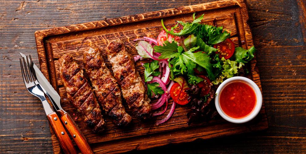 Люля-кебаб, картофель фри, шашлык, клюквенный морс в кафе «Мангал»