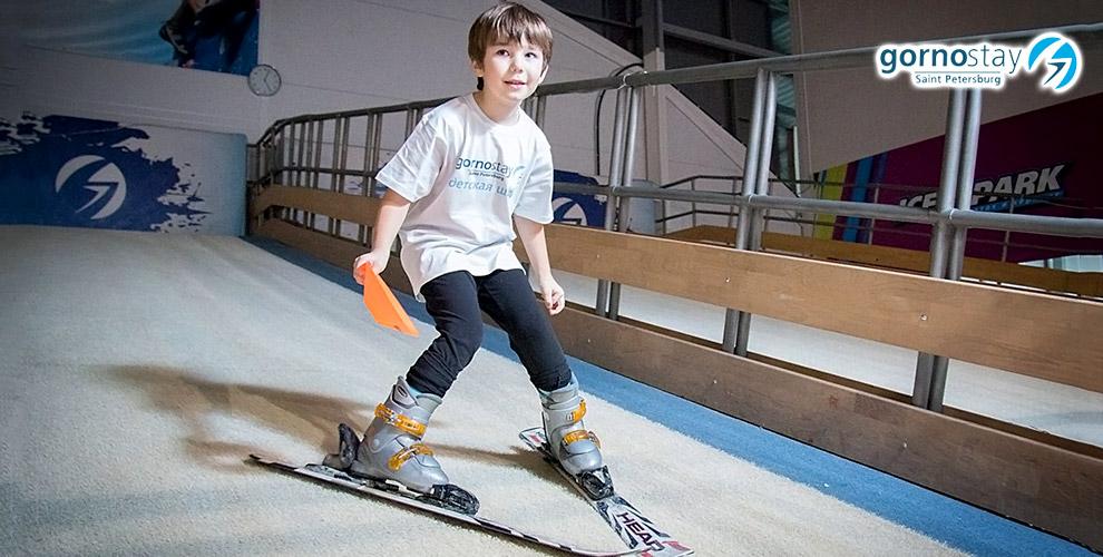 Обучение катанию на сноуборде и горных лыжах на тренажере в клубе Gornostay