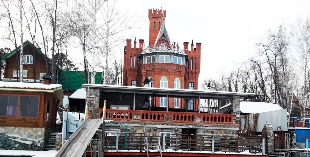 «Замок на озере Увильды»: проживание, беседка с мангальной зоной и посещение бани