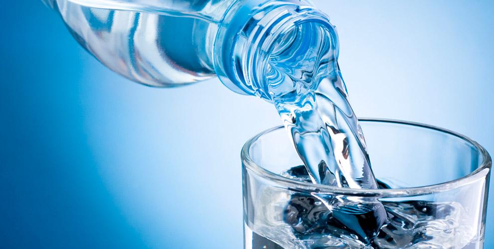 Бутыли чистой питьевой воды от компании EcoFonte
