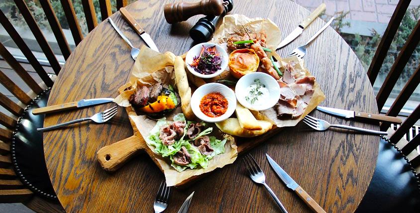 """Все меню кухни за полцены в уютном и стильном ресторане """"Solnce Бар"""". Попробуйте блюда со всех уголков мира!"""