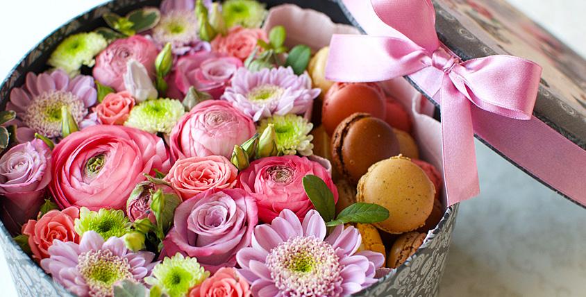 Дарите радость без причины! Букеты из цветов и макарун в коробке, восхитительные розы и не только от компании Mac Flowers