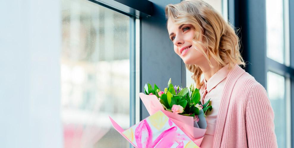 Доставка подарка альпинистом в окно и поздравление от компании «Оникс»