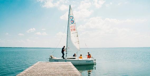 Шум ветра в парусах и брызги воды! Прогулка для влюбленных или для друзей на парусной яхте по озеру Смолино