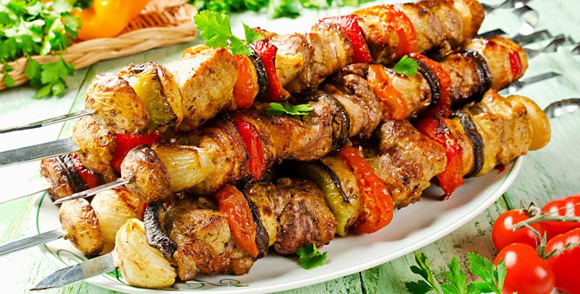 """Шашлык, приготовленный на открытом огне, лаваш и соусы от кафе """"Ани"""""""