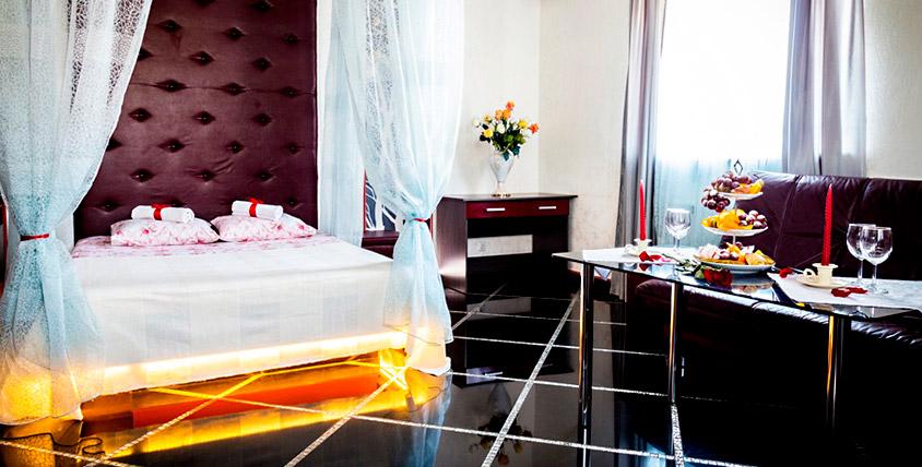 """Романтическое уединение! Проживание в номерах """"Люкс"""" с парной и джакузи в гостиничном комплексе Red Crystal в центре города!"""