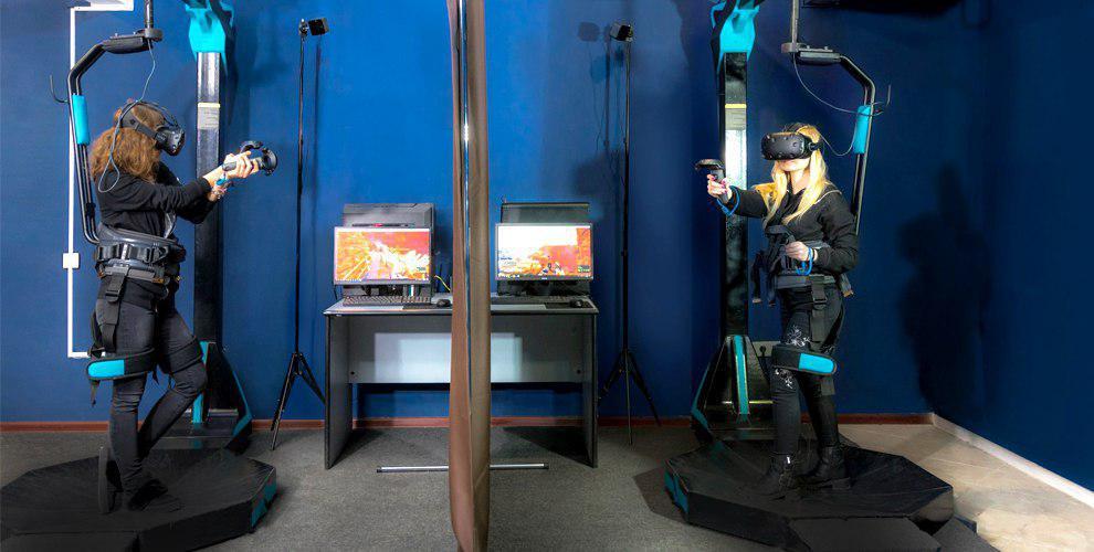 Игра на беговой платформе виртуальной реальности в клубе «Хайп VR»