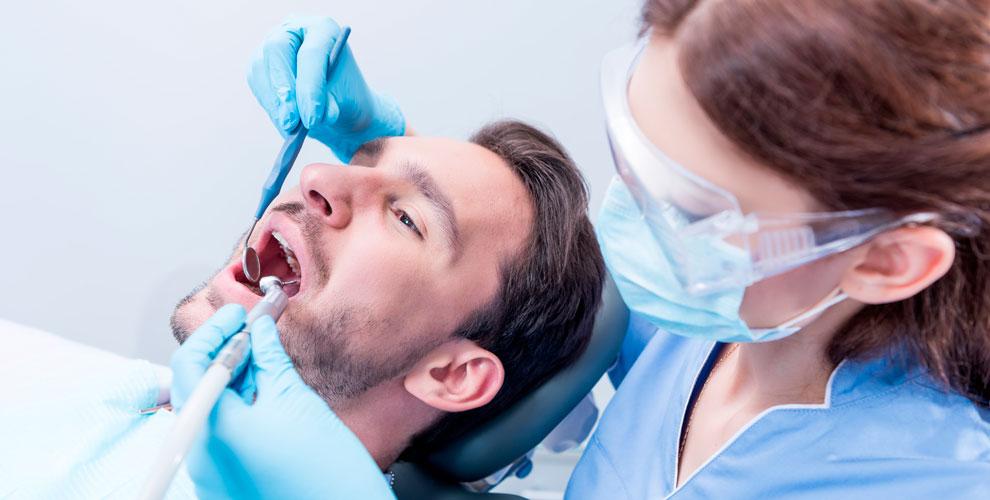 Сеть стоматологий «СтомКласс»: осмотр, лечение кариеса, установка скайса-стразы