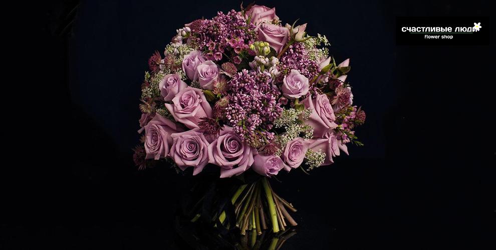 Ирисы, тюльпаны, розы в шляпной коробке от салона цветов «Счастливые люди»