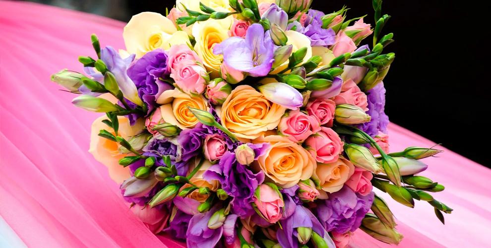 Букеты из роз, хризантем и лиантусов в магазине «Лаванда & Маки»
