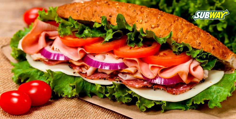 Сэндвичи, салаты, напитки круглосуточно в ресторане быстрого обслуживания Subway