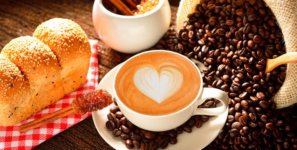 Американо, капучино и латте в кофейне Travelers Coffee