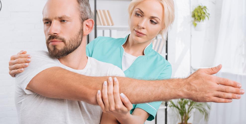 Сеансы медицинского массажа спины икинезиотейпирование вклинике «Чистый Поток»