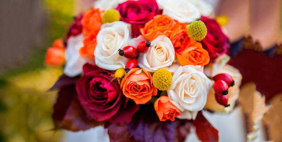 Букеты, розы Эквадор, лилии и лепестки роз от цветочной лавки «Лавандыш»