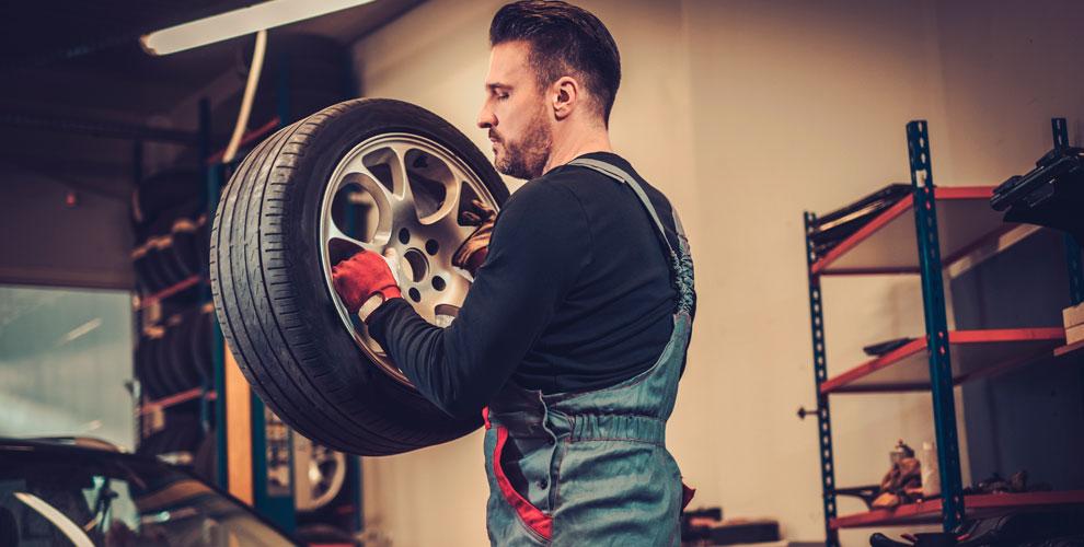 Шиномонтаж колес автомобиля вавтокомплексе «Юмакфорд»