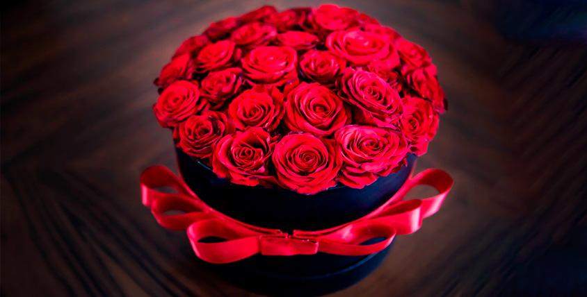 Букеты из роз или тюльпанов, цветы в дизайнерских шляпных коробках от компании Rozantin