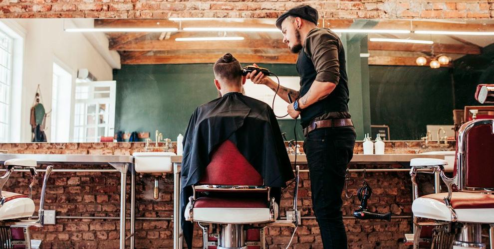 Стрижки, моделирование бороды ибритьё вбарбершопе «Черная Кость» наСафоновской