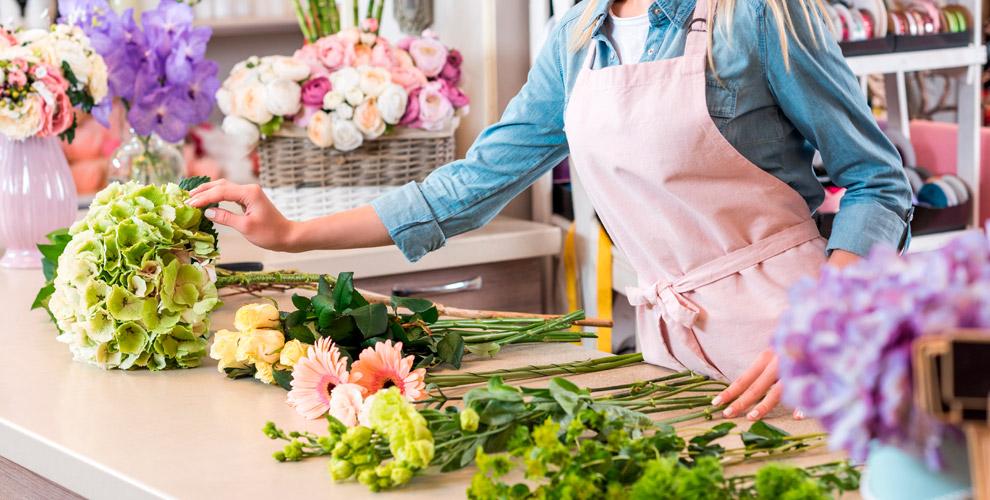 Ассортимент цветов изелени вмастерской «Цветы длявсех»