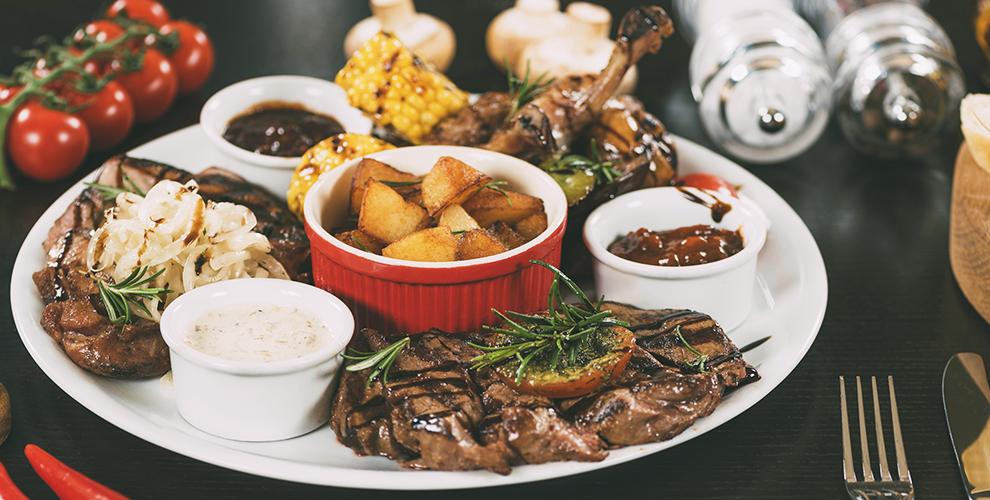 Бургеры, сэндвичи, салаты, горячие блюда идесерты вбаре«Парадная»