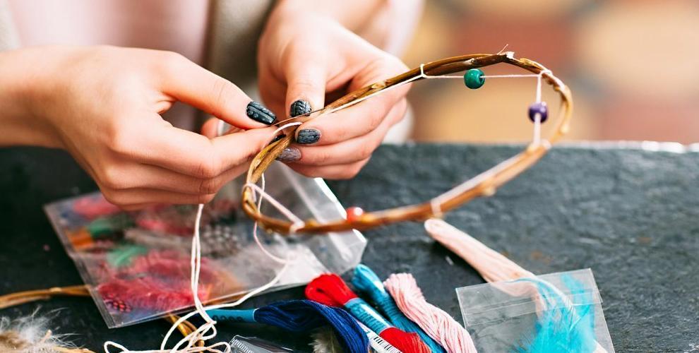 Lovely box:творческие мастер-классы, значки ручной работы, браслет красная нить