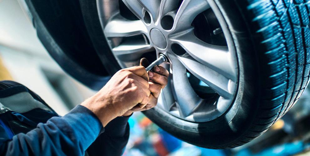 Шиномонтаж колес автомобиля вавтосервисе FiZiK