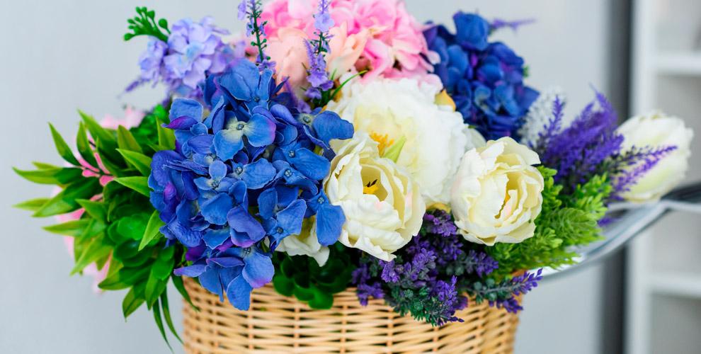 Разнообразные цветы ипраздничные композиции всалоне Flora Holland