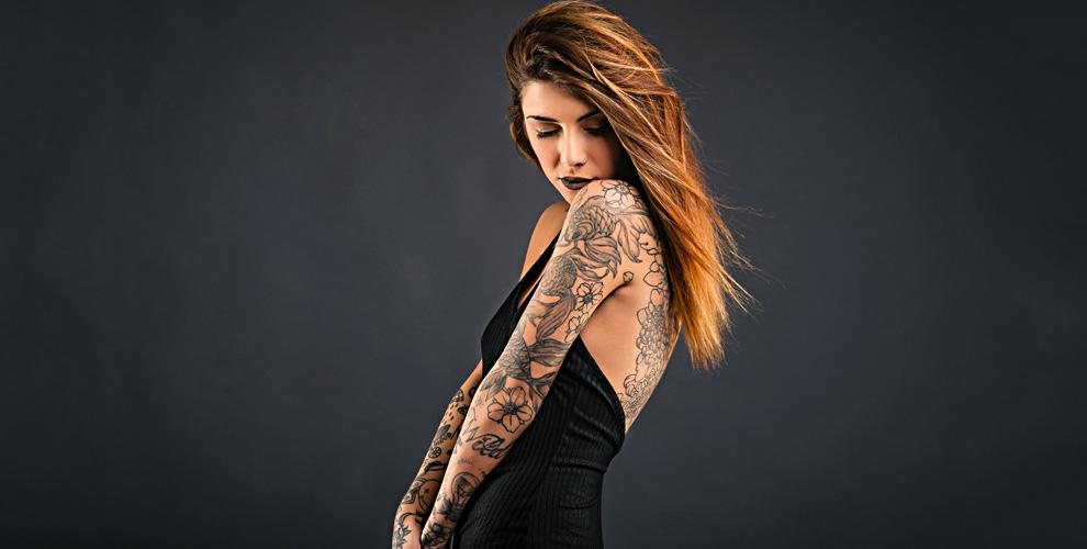 Нанесение черно-белой татуировки встудии «АРКОНА»